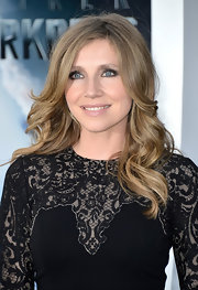 Sarah Chalke's long dirty blonde waves gave her a soft and feminine look on the red carpet of 'Star Trek Into Darkness.'