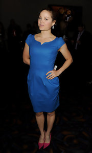 Erika Christensen looked colorful in pointy pink leather pumps paired with a blue shift dress.