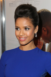 For her makeup, Gugu Mbatha-Raw paired a smoky eye with a subtle pink lip.