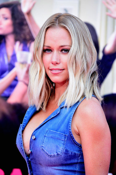 Kendra Wilkinson topped off her look with beachy blonde waves when she attended the premiere of 'Bad Moms.'