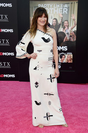 Kathryn Hahn looked cool and glam in a tribal-patterned one-shoulder gown by Vilshenko at the premiere of 'Bad Moms.'