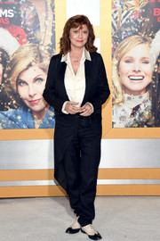 Susan Sarandon donned a slouchy navy pantsuit for the premiere of 'A Bad Moms Christmas.'