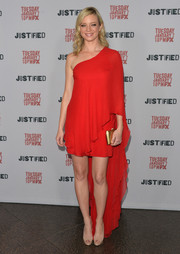 Amy Smart unleashed her inner diva in a red one-shoulder dress with a watteau train during the 'Justified' season 5 premiere.