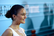 Emmanuelle Chriqui sported a curly bun at the premiere of 'Roadies.'