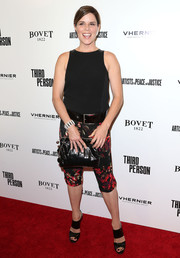 Neve Campbell completed her casual red carpet look with a pair of black wide-strap sandals.
