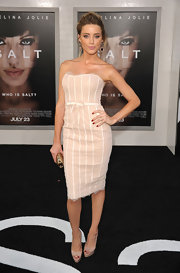 Amber completed her elegant look with platform, peep toe pumps.