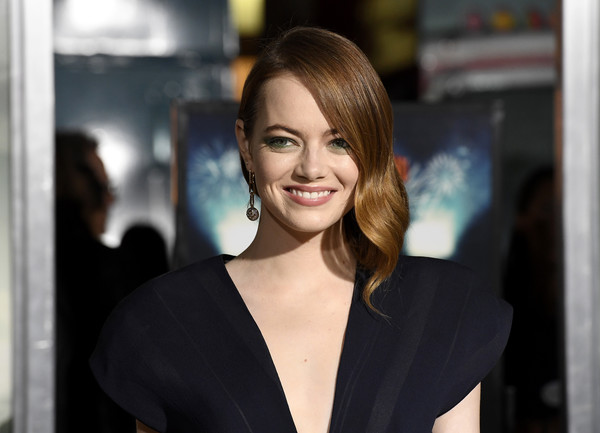 Emma Stone looked beautiful wearing this side-swept wavy 'do at the premiere of 'Zombieland Double Tap.'