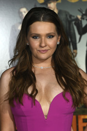 Abigail Breslin wore her hair in a loose wavy style at the premiere of 'Zombieland Double Tap.'