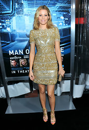 Elizabeth Banks added sparkle to her ensemble with gold embellished sandals.
