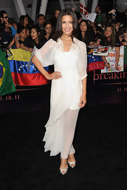 Julie Jones looked ethereal at the Breaking Dawn premiere in a white silk chiffon Christian Dior dress with blousy sleeves and an asymmetrical hem. Metallic peep-toe pumps and an effortless down 'do completed her sweet red carpet style.