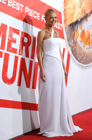 Tara Reid wore this unique white gown to the 'American Reunion' premiere.