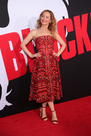 Leslie Mann complemented her dress with a pair of red velvet sandals.