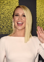 Anna Camp went for a modern asymmetrical cut when she attended the premiere of 'Pitch Perfect 3.'