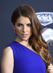 Anna Kendrick oozed elegance wearing this wavy side sweep at the premiere of 'Pitch Perfect 2.'