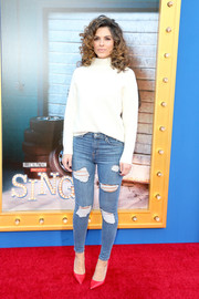 Maria Menounos completed her outfit with edgy-sexy distressed jeans.