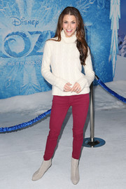 Samantha Harris injected some color into her look via a pair of fuchsia skinny jeans.