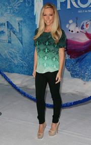 Kendra Wilkinson paired her loose top with black skinny jeans for a bit of shape.