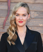 Jess Weixler went Old Hollywood-glam with this side-swept wavy 'do at the premiere of 'IT Chapter Two.'