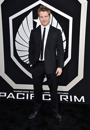 Robert Kazinsky chose a classic two-button suit with a super skinny tie for his look at the premiere of 'Pacific Rim.'