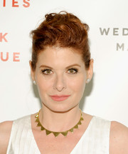 Debra Messing polished off her look with a geometric gold necklace.