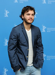 Emile Hirsch dressed up his v-neck and jeans with this metallic blue blazer while posing for photos at the Berlin Film Festival.