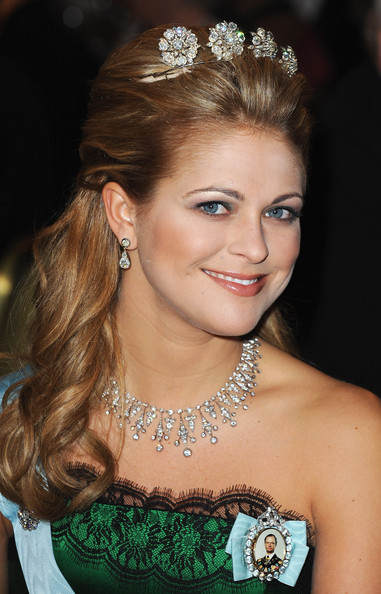 Princess Madeleine Dangling Diamond Earrings [madeleine of sweden,hair,headpiece,hair accessory,face,hairstyle,tiara,eyebrow,lady,beauty,jewellery,town hall,sweden,stockholm,nobel banquet,nobel foundation prize banquet 2009]