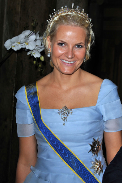 Princess Mette-Marit Pearl Brooch [victoria,mette marit of norway,daniel,hair,headpiece,hair accessory,clothing,tiara,beauty,lady,hairstyle,fashion accessory,headgear,wedding,daniel westling - banquet,wedding banquet,sweden,royal palace,stockholm]