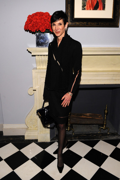 Amy donned black pointy toe pumps with low square heels. She paired them with a black skirt suit with interesting cut out details.