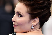 Noomi Rapace complemented her updo with a pair of dangling diamond earrings for a totally elegant look during the 'Prometheus' premiere.
