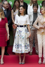 Queen Letizia completed her outfit with simple gray pumps by Magrit.