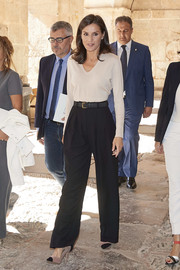Queen Letizia styled her outfit with a pair of two-tone pumps.
