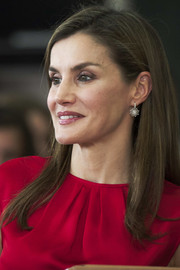 Queen Letizia of Spain dolled up her lobes with a pair of dangling starburst earrings.