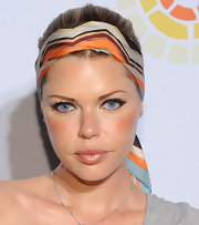 Sophie Monk brought a retro vibe to an event for The Charlize Theron Africa Outreach Project. Black liquid liner swept over her upper lids and a cool graphic head scarf were all it took to create her cool 60s style.