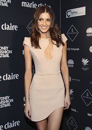 Kate Waterhouse showed off her center part shoulder length curls while hitting Australian fashion week.