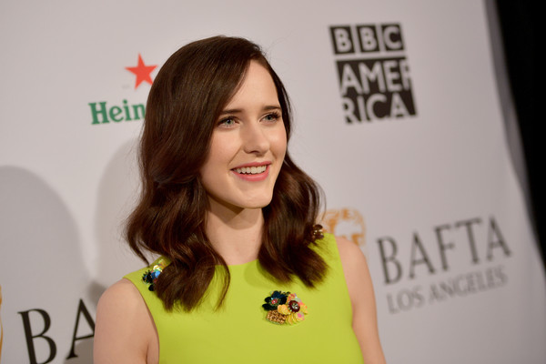 Rachel Brosnahan Medium Wavy Cut [hair,face,beauty,yellow,hairstyle,brown hair,long hair,smile,style,arrivals,rachel brosnahan,los angeles,four seasons hotel,california,beverly hills,bafta,tea party]