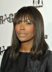Aisha Tyler attended the Rage Official launch party wearing a sweep of liquid eyeliner across her upper lids. Her cool retro look was super fresh paired with shimmery green eyeshadow.