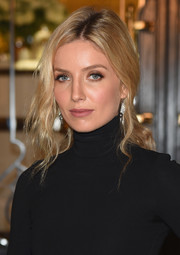 Annabelle Wallis looked elegant wearing this loose, wavy ponytail at the Ralph Lauren fashion show.