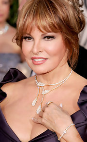 Raquel Welch never fails to look expensive as she wore a diamond-etched leaf choker for the 62nd Golden Globe Awards.