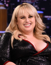 Rebel Wilson appeared on 'Jimmy Fallon' wearing her hair in feathery waves with wispy bangs.