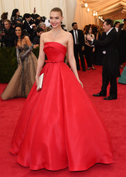 Arizona Muse left us swooning over this oh-so-romantic red Ralph & Russo strapless gown she wore to the Met Gala.