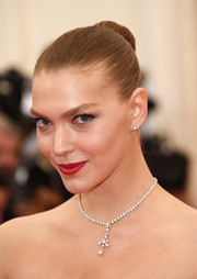 Arizona Muse chose a simple yet classic ballerina bun for her Met Gala look.