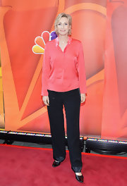 Jane Lynch chose a peach button down with satin lapels for her sleek and contemporary look on the red carpet.