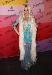 Kesha slung a feather stole over her shoulders for added glamour.