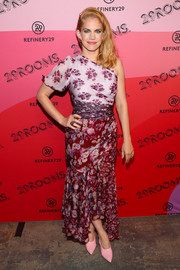 Anna Chlumsky finished off her look with a pair of pink pumps.