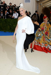 Kate Hudson looked simply divine in this white one-sleeve gown by Stella McCartney at the 2017 Met Gala.