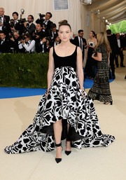 Daisy Ridley was spring-glam with a hint of edge in this black-and-white floral empire gown by Oscar de la Renta at the 2017 Met Gala.