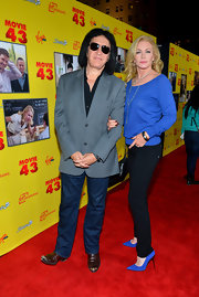 Shannon Tweed teamed up her blue sweater with a pair of black skinny jeans.