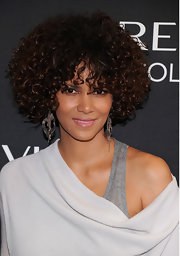 Halle Berry's dangle earrings had a cool tangled effect.