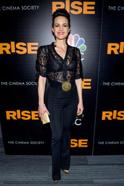 Carla Gugino punctuated her dark look with metallic accessories, including an elegant gold envelope clutch.