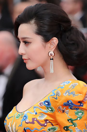 Fan Bingbing paired her elegant look with decorative earrings.